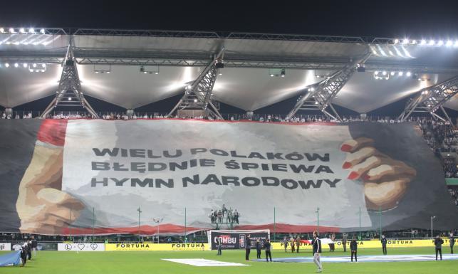 Kibice Legii z okazji setnej rocznicy odzyskania niepodległości edukowali Polaków, jak się śpiewa hymn narodowy