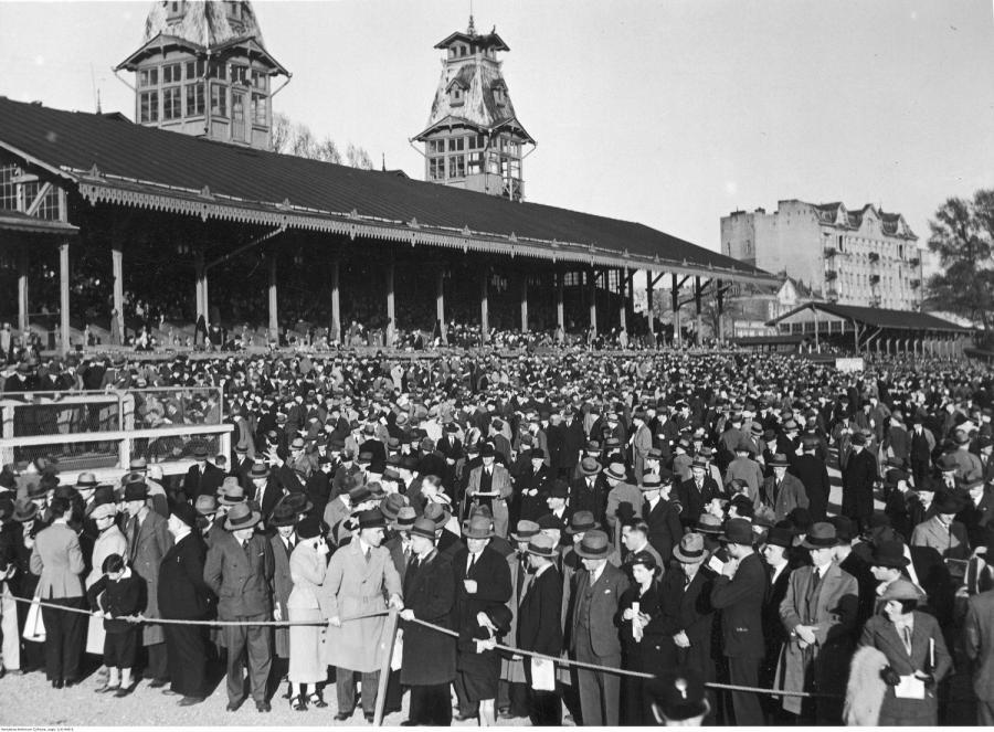 Kibice zgromadzeni na torze wyścigów konnych przed głównymi trybunami / 1936 rok