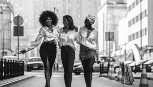 Omenaa Mensah, Sara Boruc i Victoria Abbey w kampanii Każda koszula pomaga