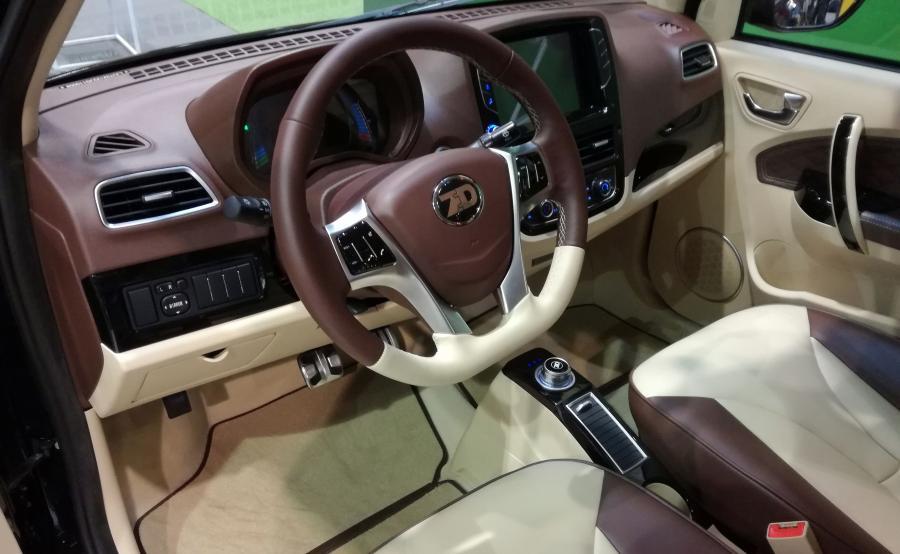 Samochód jest wyposażony w nawigację, łączność Bluetooth oraz hotspot WiFi, a nawet kamerę parkowania. Skórzana tapicerka na siedzeniach. Wnętrze sprawia wrażenie solidnego