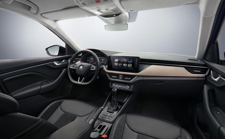 Oświetlenie wewnątrz auta jest dostępne w dwóch wariantach: białym i czerwonym. Istnieje też możliwość zamówienia tapicerek wykonanych z ekskluzywnego materiału Suedii, Jakością materiałów Scala dorównuje Volkswagenowi, a w niektórych partiach nowość Skody wypada nawet korzystniej. Tam gdzie Niemcy poskąpili, Czesi stosują miękkie tworzywa