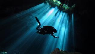 Nurek w podwodnej jaskini
