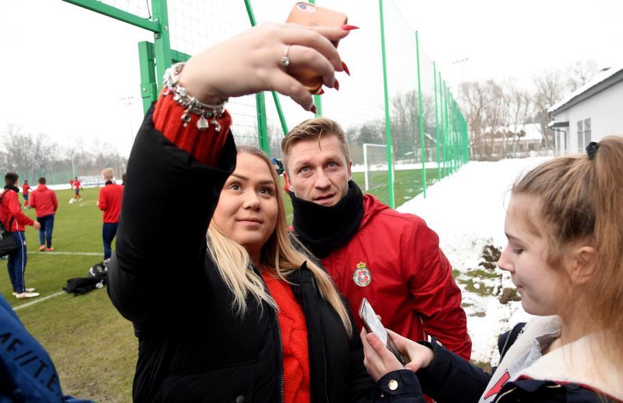 Jakub Błaszczykowski (C) pozuje do zdjęcia z fankami podczas treningu piłkarzy Wisły Kraków