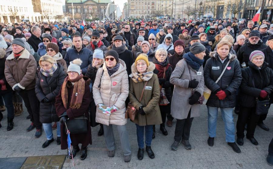 Mieszkańcy Poznania na Pl. Wolności. Transmisja uroczystości pogrzebowych Pawła Adamowicza