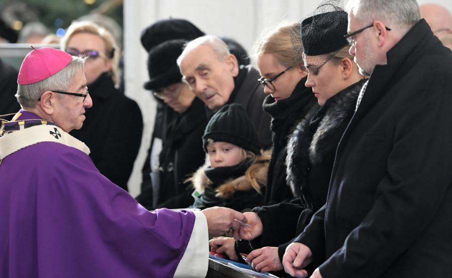 Metropolita gdański  przekazuje różańce rodzinie zmarłego