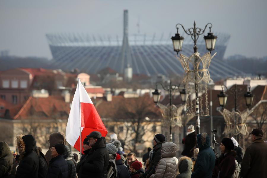 Na Placu Zamkowym został ustawiony ekran umożliwiający mieszkańcom Warszawy obejrzenie transmisji uroczystości pogrzebowych Pawła Adamowicza