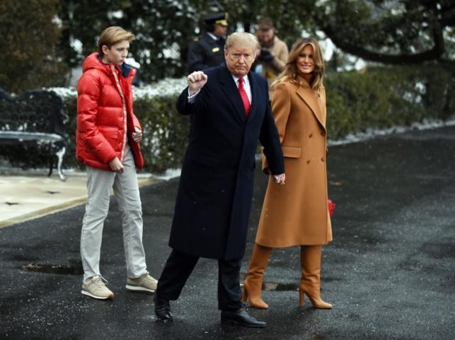 Melania i Donald Trumpowie z synem Barronem