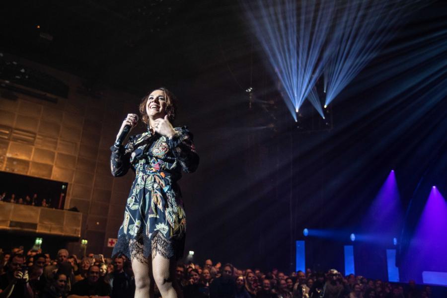 Francuska piosenkarka Geffroy alias Zaz wystąpiła w Amesterdamie. Zdjęcia z 12 lutego 2019 roku