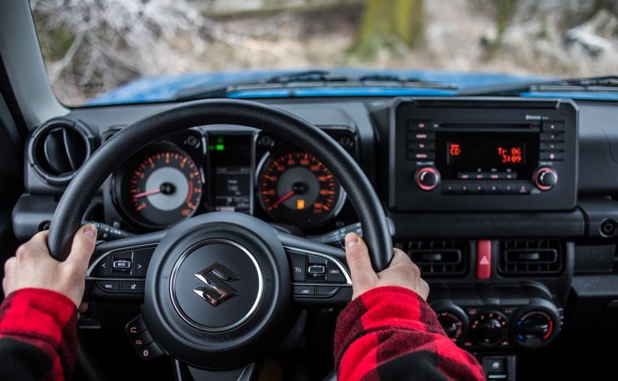 Suzuki Jimny w czasach wymuskanych SUV-ów jest ostatnim samurajem motoryzacji. To jeden z niewielu prawdziwych samochodów terenowych – zbudowany na ramie nośnej typu drabinowego, wyposażony w reduktor i sztywne mosty, a przy tym nieduży, lekki, zwinny i niedrogi. Przez fanów off-roadu ceniony za niezwykłą dzielność na bezdrożach oraz bezawaryjność
