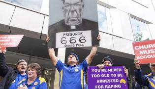 Protestujący przed sądem w Melbourne reagują na wyrok skazujący kardynała Pella