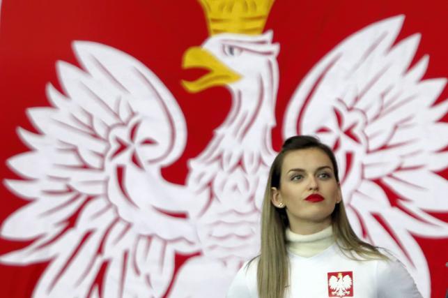 Fanka piłkarskiej reprezentacji Polski przed inauguracyjnym meczem eliminacji mistrzostw Europy 2020