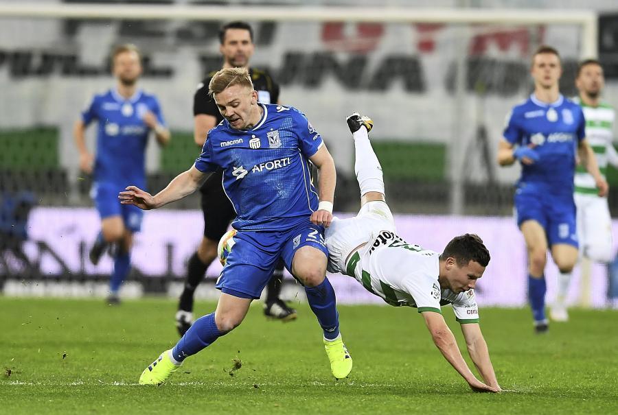 Zawodnik Lechii Gdańsk Michał Mak (P) i Kamil Jóźwiak (L) z Lecha Poznań w meczu piłkarskiej Ekstraklasy