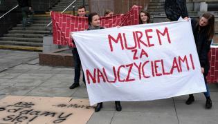 Pikieta w Sosnowcu. Uczniowie popierają nauczycieli