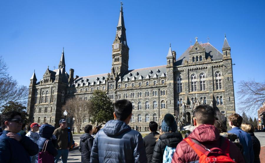 Studenci przed Uniwersytetem Georgetown