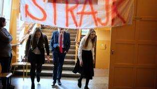 Ostatnie chwile przed egzaminem ósmoklasistów w Szkole Podstawowej nr 1 w Łodzi