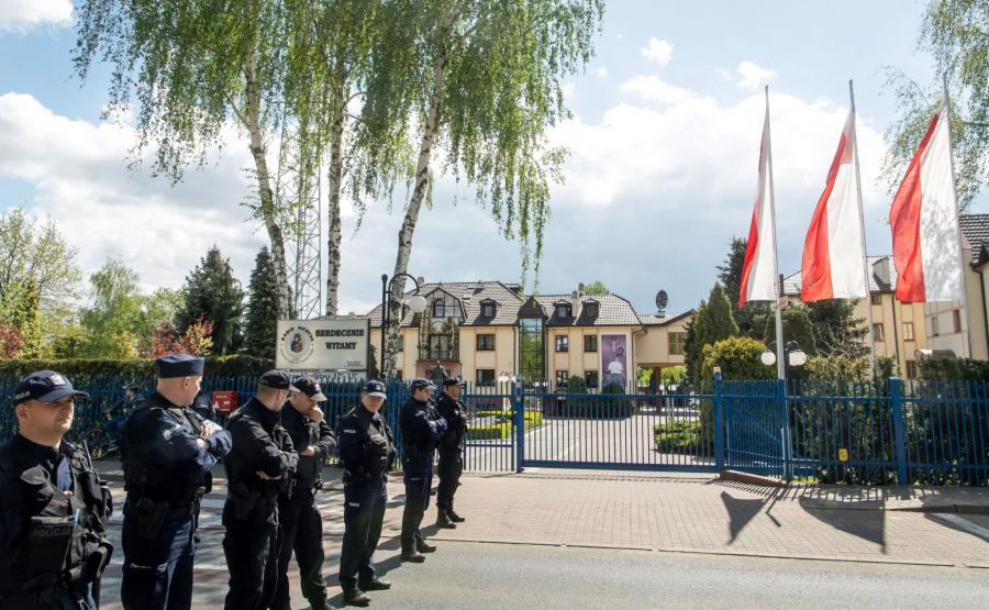 Policja przed siedzibą Radia Maryja