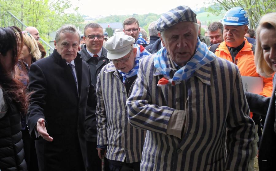 Piotr Gliński i byli więźniowie obozu