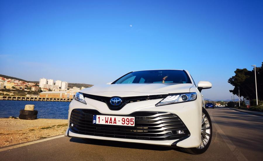 Toyota Camry pokazuje, że napęd hybrydowy nowej generacji pasuje do wizerunku limuzyny dyrektora bardziej niż diesel. Docenią to floty, które najlepiej umieją liczyć pieniądze