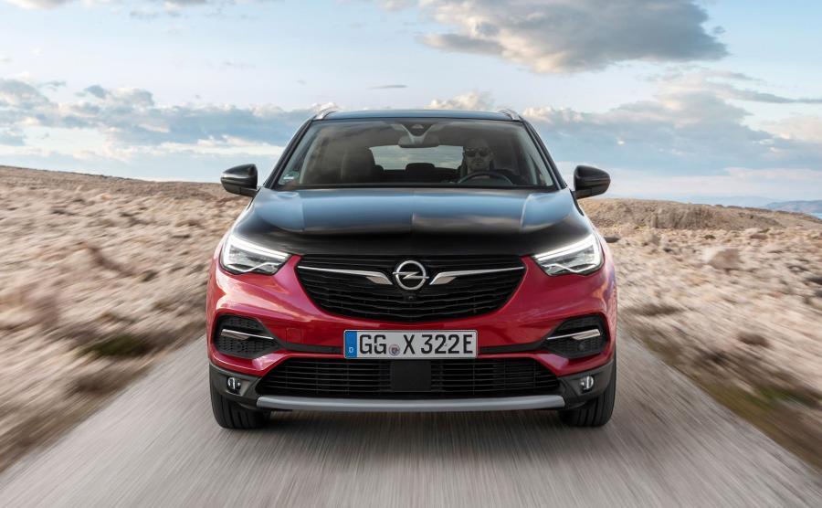 Opel Grandland X Hybrid4 jest wyposażony w elektryczną sprężarkę układu klimatyzacji i elektryczne ogrzewanie