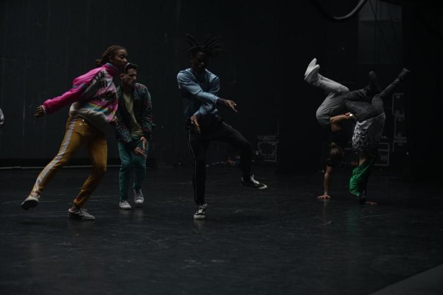 """Imponujące widowisko z udziałem zwycięzcy francuskiego """"Tańca z gwiazdami"""" Rayane'a Bensettiego oraz pięknej absolwentki szkoły baletu w Paryżu Alexii Giordano poruszy każdego! Najbardziej roztańczony film wiosny o miłości między hip-hopowcem a baletnicą - w kinach od 17 maja."""