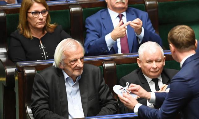 Awantura w Sejmie. Nitras położył przed Kaczyńskim dziecięce buciki, Terlecki rzucił nimi w posła PO [WIDEO]