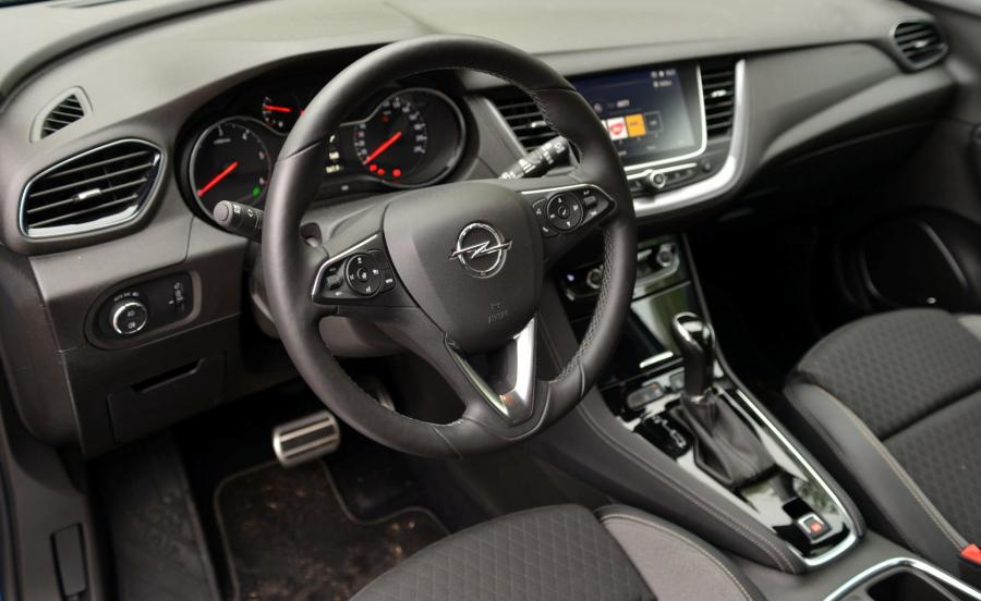Łączność z internetem zapewni system IntelliLink, a Opel OnStar najnowszej generacji połączy z konsultantem, który pomoże w rezerwacji pokoju w hotelu czy wyszuka parking. Ponadto pasażerowie będą mogli indukcyjnie naładować smartfony