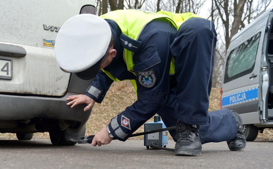 Po zatrzymaniu funkcjonariusz podłączy w odpowiedni sposób do kontrolowanego pojazdu dymomierz lub analizator spalin
