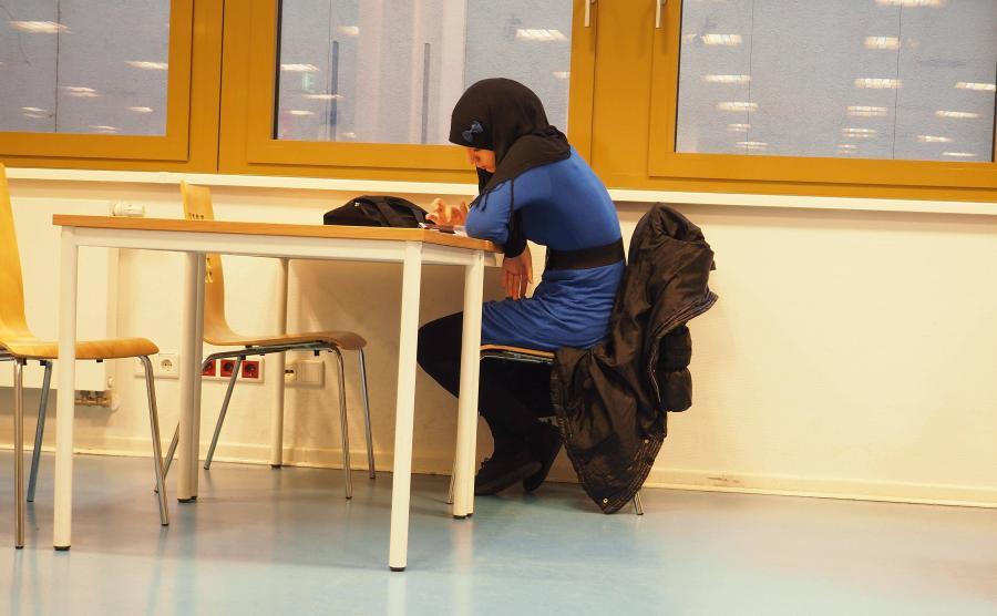 Muzułmańska dziewczynka w szkolnej bibliotece