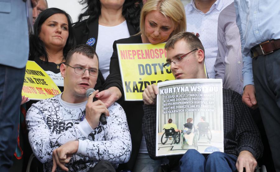 Niepełnosprawni i ich opiekunowie protestujący w Sejmie w 2018 roku, Jakub Hartwich (P) i jego matka Iwona Hartwich (2P) oraz Adrian Glinka (2L) i Marzena Stanewicz (L) podczas marszu pod hasłem \