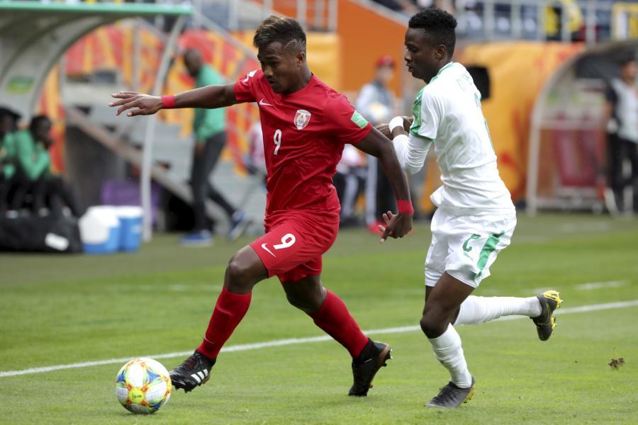 Reprezentant Tahiti Eddy Kaspard (L) i Moussa Ndiaye (P) z Senegalu podczas meczu piłkarskich mistrzostw świata do lat 20 w Lublinie