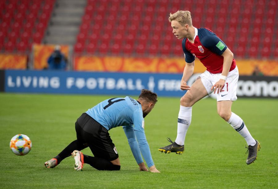 Zawodnik Urugwaju Ezequiel Busquets (L) i Ola Brynhildsen (P) z Norwegii podczas meczu grupy C piłkarskich mistrzostw świata do lat 20 w Łodzi