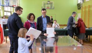 Premier Mateusz Morawiecki (C) z żoną Iwoną (2L) i dziećmi, podczas głosowania w lokalu wyborczym w Szkole Podstawowej numer 205 w Warszawie