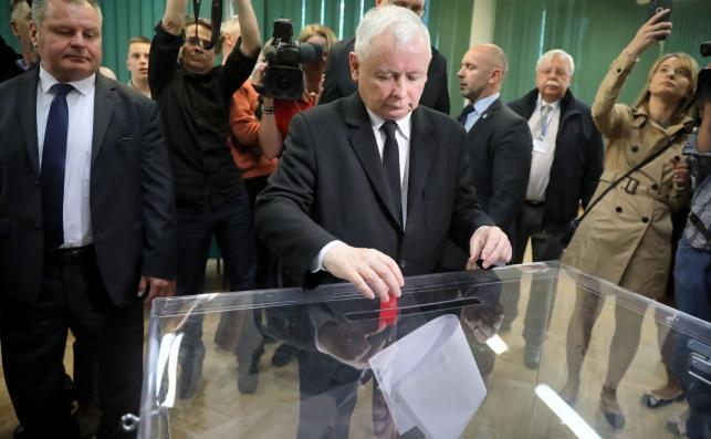 Prezes PiS Jarosław Kaczyński (C) głosuje w Obwodowej Komisji Wyborczej nr 333, w gmachu Szkoły Głównej Służby Pożarniczej na warszawskim Żoliborzu