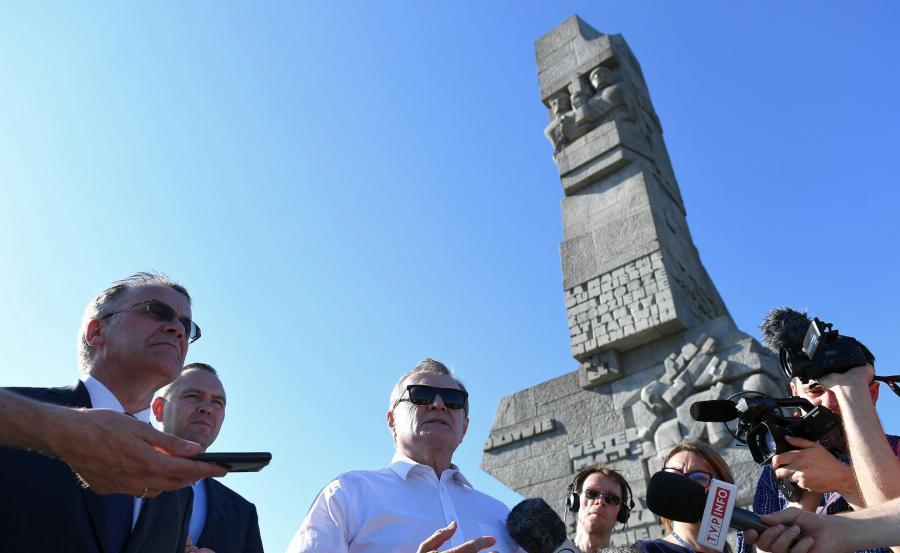 Wicepremier, minister kultury i dziedzictwa narodowego Piotr Gliński , wiceminister kultury Jarosław Sellin i dyrektor Muzeum II Wojny Światowej Karol Nawrocki na Westerplatte
