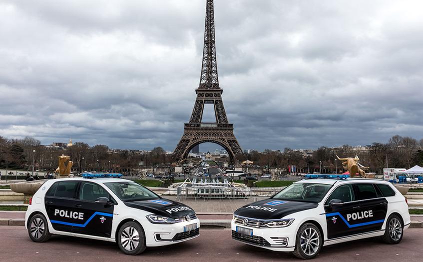 Nawet francuska policja używa w Paryżu hybryd typu plug-in
