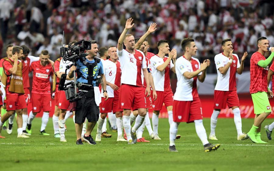 Zawodnicy reprezentacji Polski dziękują kibicom za doping po wygranym meczu eliminacyjnym grupy G piłkarskich mistrzostw Europy z Izraelem