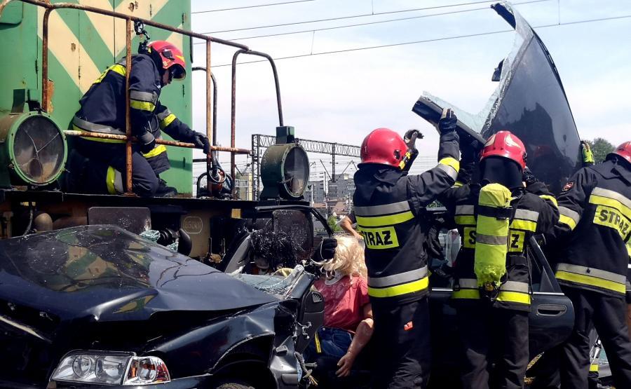 Żeby wydostać poszkodowanych strażacy odcięli dach auta