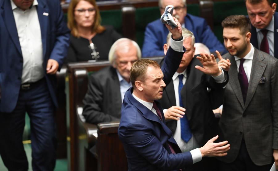 Poseł PO Sławomir Nitras (2L) oraz politycy PiS Marek Suski (C), Patryk Jaki (P), Mariusz Błaszczak (P-tył) i Ryszard Terlecki (2L) podczas bloku wieczornych głosowań w Sejmie