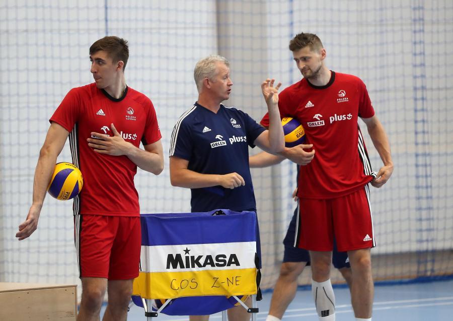 Siatkarze reprezentacji Polski Łukasz Kaczmarek (L) i Piotr Nowakowski (P) oraz selekcjoner kadry Vital Heynen (C)