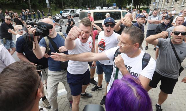 I Marsz Równości w Białymstoku: Po kilku incydentach zmieniono trasę. W stronę policjantów rzucano kamieniami i butelkami