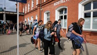 Fani przybywają do Kostrzyna nad Odrą na Pol'and'Rock Festival