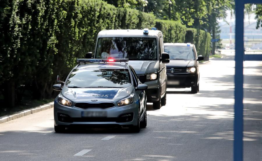Marek Falenta eskortowany przez policję
