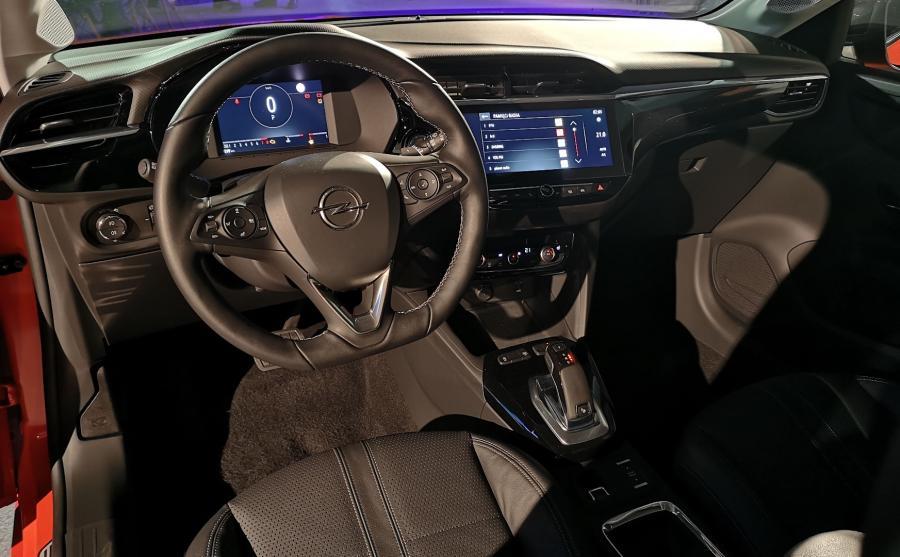 Opel Corsa - kokpit odmiany Elegance był w pełni cyfrowy. Pokładowy system multimedialny połączy się z internetem i występuje w dwóch wariantach: z ekranem 7- lub 10-calowym. Producent przewiduje dodatkowo nową usługę telematyczną Opel Connect oraz Navigation Online z danymi o ruchu drogowym dostarczanymi w czasie rzeczywistym, informacjami o kondycji auta w aplikacji czy możliwością automatycznego wezwania służb ratowniczych w razie wypadku