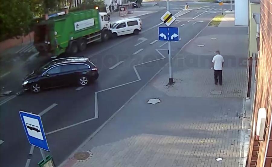 Śmieciarka bez kierowcy staranowała samochody