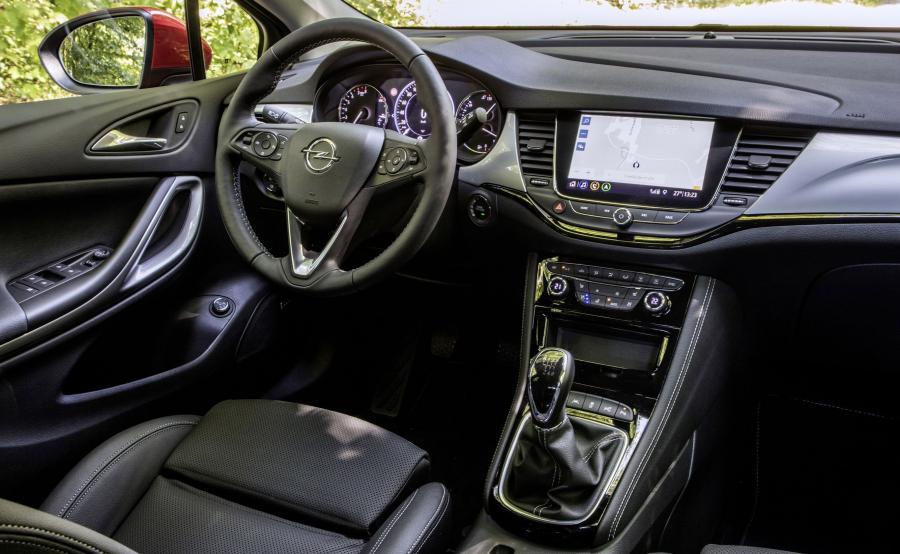 Opel postarał się o podniesienie komfortu. Astra po modernizacji potrafi indukcyjnie ładować wybrane modele smartfonów, a zimą przyda się podgrzewanie przedniej szyby. Z opcji można wybrać złożony z siedmiu głośników oraz subwoofera RichBass system nagłośnienia Bose. Podobnie jak w Insignii flagowy system Multimedia Navi Pro ma ośmiocalowy kolorowy ekran dotykowy. Układ umożliwia personalizację ustawień oraz reaguje na polecenia głosowe