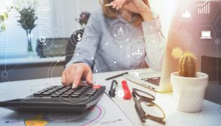 Kobieta pracująca w branży finansowej