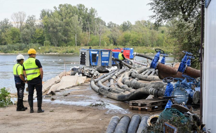 Zbiornik gromadzący ścieki (czerpnia) w pobliżu mostu pontonowego przez Wisłę w Warszawie