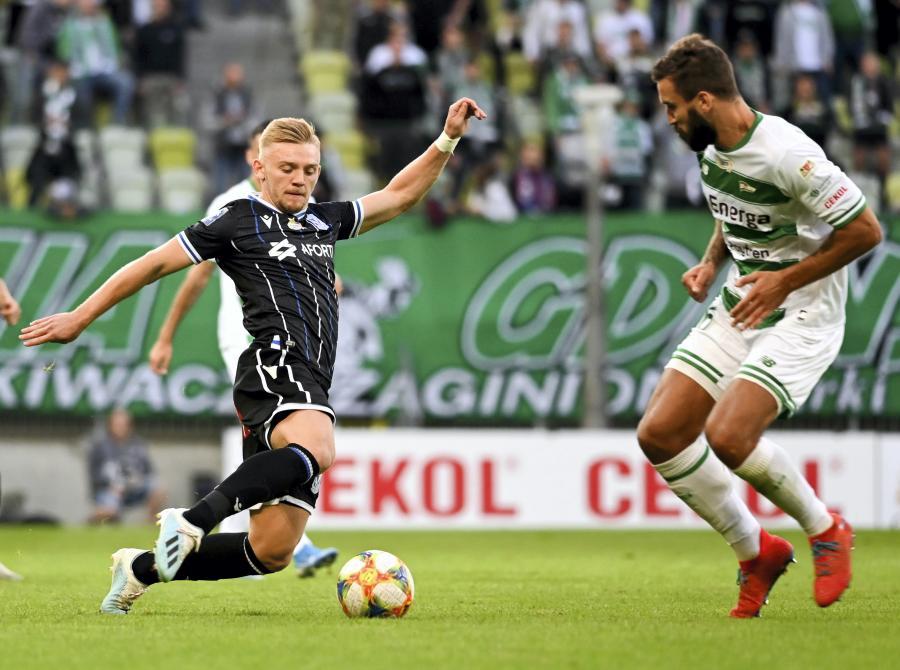 Piłkarz Lechii Gdańsk Błażej Augustyn (P) i Kamil Jóźwiak (L) z Lecha Poznań podczas meczu Ekstraklasy