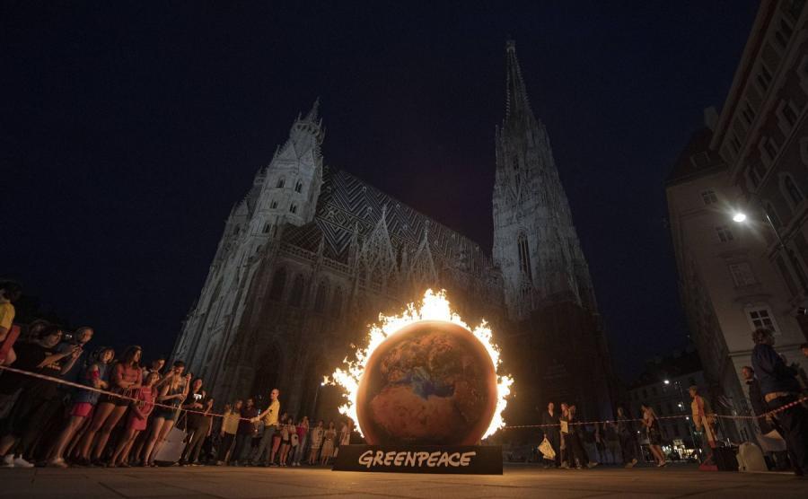 Płonąca kula ziemska przed katedrą w Wiedniu