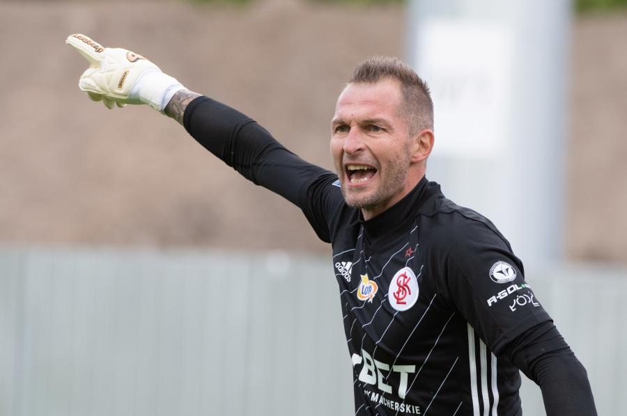 Bramkarz ŁKS Łódź Arkadiusz Malarz podczas meczu 9. kolejki piłkarskiej Ekstraklasy z Arką Gdynia